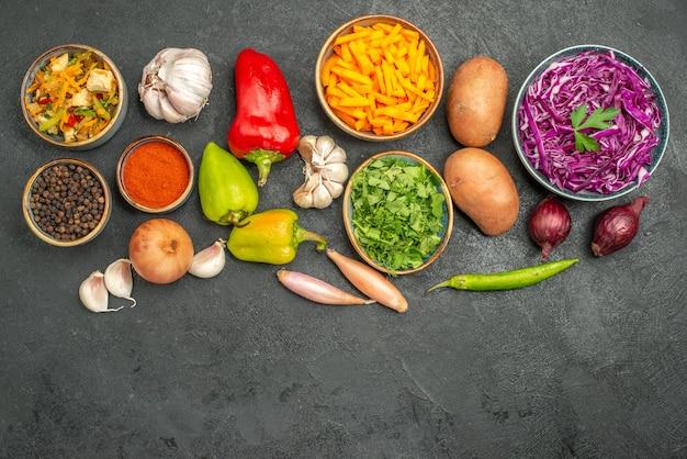 ダークテーブルの食事ダイエット健康上の野菜とトップビューチキンサラダ