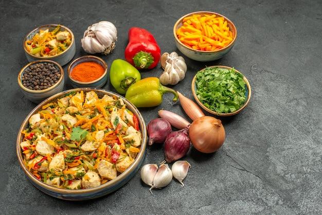 어두운 책상 다이어트 건강 식사에 야채와 함께 상위 뷰 치킨 샐러드