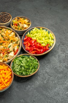 어두운 테이블 다이어트 건강 샐러드에 야채와 함께 상위 뷰 치킨 샐러드
