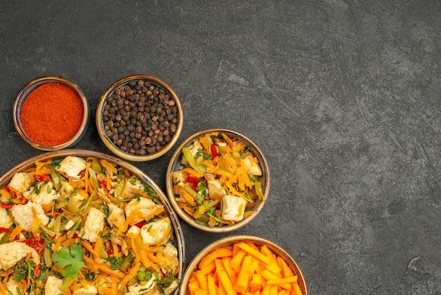 ダークテーブルダイエットサラダの健康に野菜とトップビューチキンサラダ