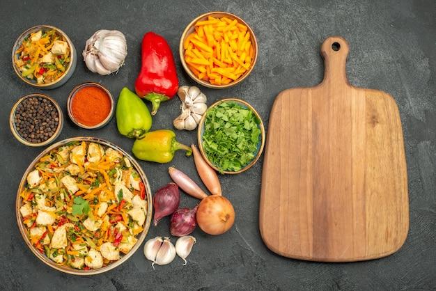 어두운 테이블 다이어트 건강 식사에 야채와 함께 상위 뷰 치킨 샐러드