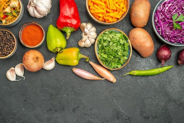Вид сверху куриный салат с овощами на темном столе для здоровья диеты