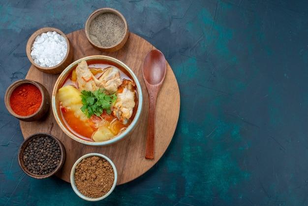 Zuppa di pollo vista dall'alto con condimenti sul pasto cena cibo a base di carne minestra blu scuro