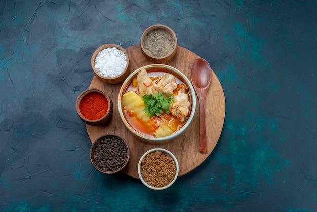 紺色のデスクスープ肉料理夕食の調味料と一緒にトップビューチキンスープ