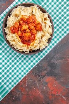 Pollo con vista dall'alto con piatto di pasta di pasta sul colore del piatto di pasta pasto piano scuro