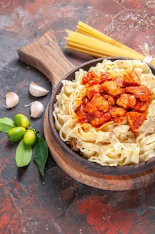 Vista dall'alto pollo con pasta piatto di pasta sulla superficie scura piatto pasta di pasta scura