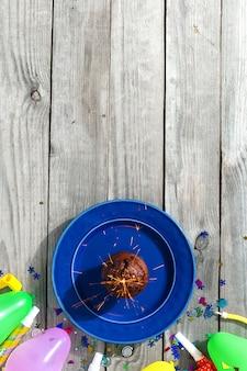 Вид сверху детский день рождения стол шоколадный маффин бенгальский огонь украшения вечеринка
