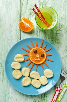 Детский завтрак, вид сверху, готовый к подаче