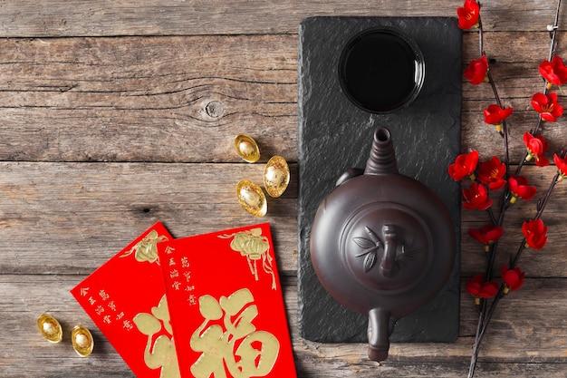Vista dall'alto del concetto di capodanno cinese sulla tavola di legno