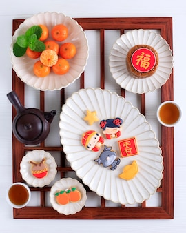Вид сверху китайский новый год imlek сахарное печенье с сахарной глазурью. китайский иероглиф «чун» означает «весна».