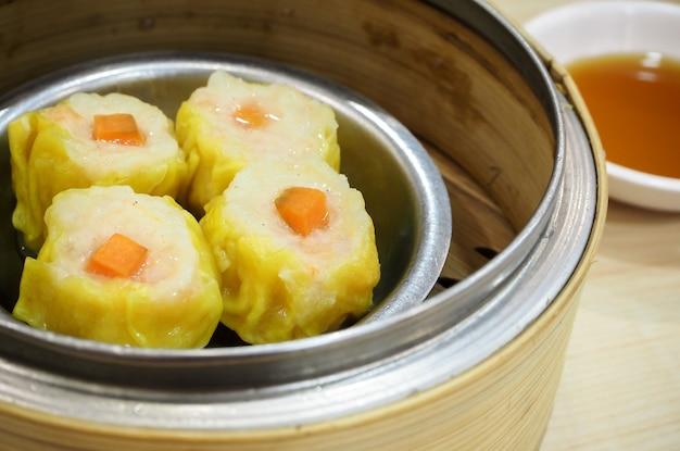 トップビュー中国の竹のバスケットでエビの餃子を焼く(中華料理)