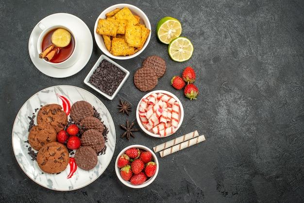 キャンディーとお茶とトップビューのチョコビスケット