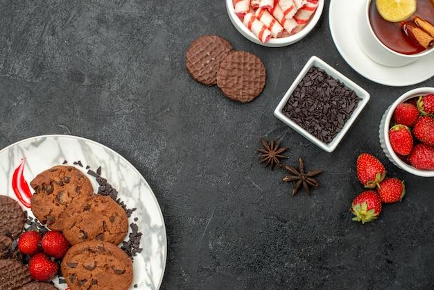 Biscotti al cioccolato vista dall'alto con caramelle e frutta