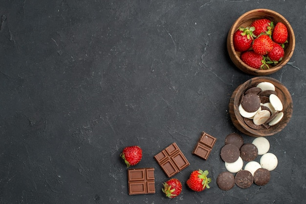 Top view choco cookies with fresh strawberries on dark surface