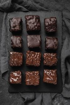 Vista dall'alto di pezzi di torta al cioccolato