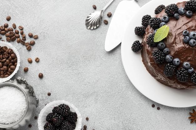 Vista dall'alto della torta al cioccolato con mirtilli e copia spazio