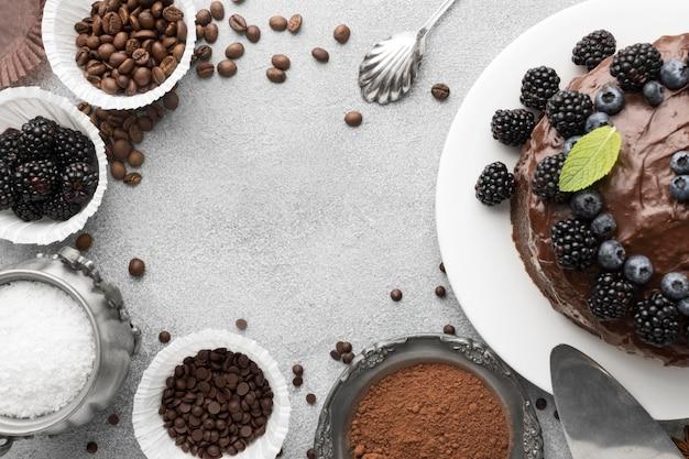 Vista dall'alto della torta al cioccolato con mirtilli
