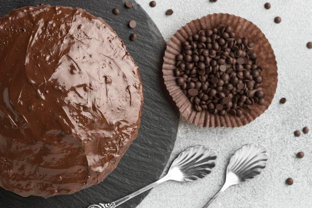 Vista dall'alto della torta al cioccolato con gocce di cioccolato