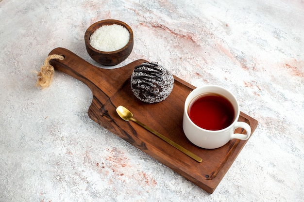白い背景の上のお茶とチョコレートケーキの上面図チョコレートケーキビスケット砂糖甘いクッキー