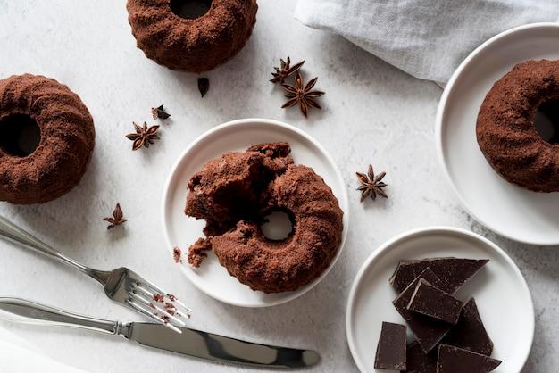Вид сверху шоколадный торт с звездчатым анисом и кусочками шоколада