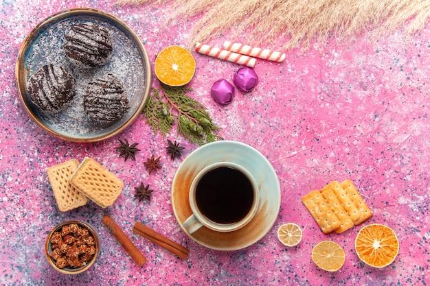 핑크에 와플과 차 한잔과 함께 상위 뷰 초콜릿 케이크 무료 사진