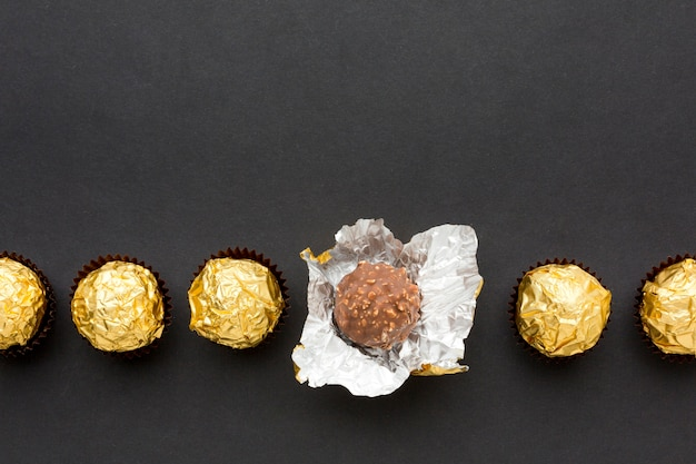Вид сверху коллекция шоколадных конфет