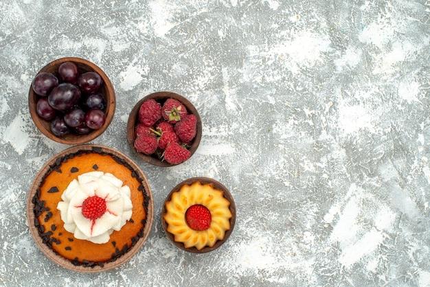 上面図白い背景の上の果物とチョコレートチップケーキ甘いパイクッキービスケットケーキ砂糖