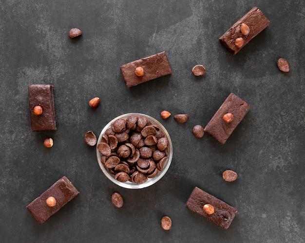 Composizione di cioccolato vista dall'alto su sfondo scuro
