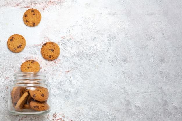 Vista dall'alto biscotti al cioccolato zucchero dolci su sfondo bianco biscotto zucchero torta dolce