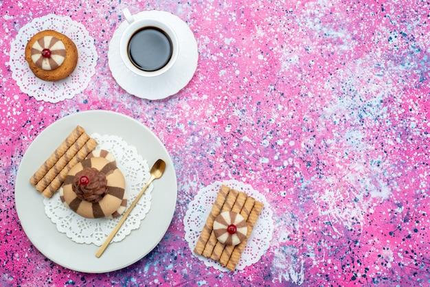 色付きの背景上にコーヒーのカップと平面図チョコレートクッキークッキー砂糖甘いビスケット焼き生地