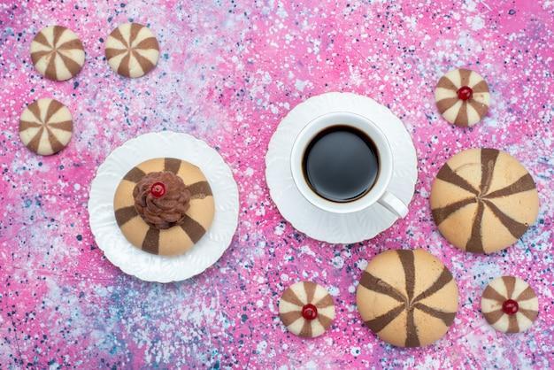 Вид сверху шоколадные куоки с чашкой кофе на цветном фоне, печенье, сладкий кофе, сахар