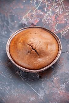 トップビューチョコレートカップケーキ食欲をそそるチョコレートカップケーキと木の枝
