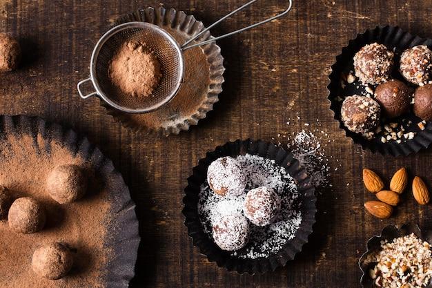 トップビューチョコレートデザートを提供する準備ができて