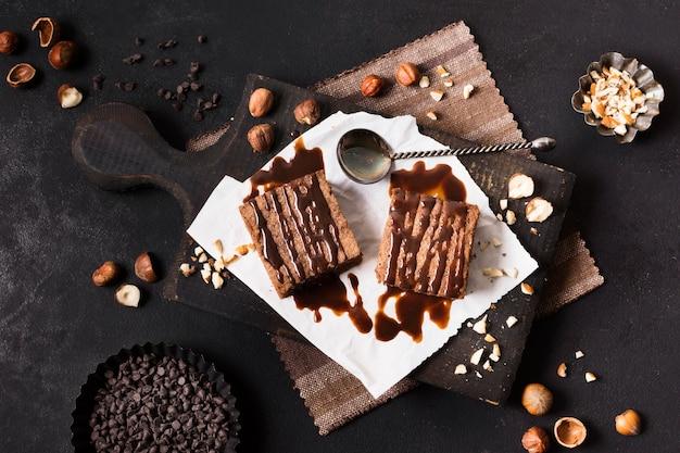 Dessert al cioccolato vista dall'alto sul tavolo