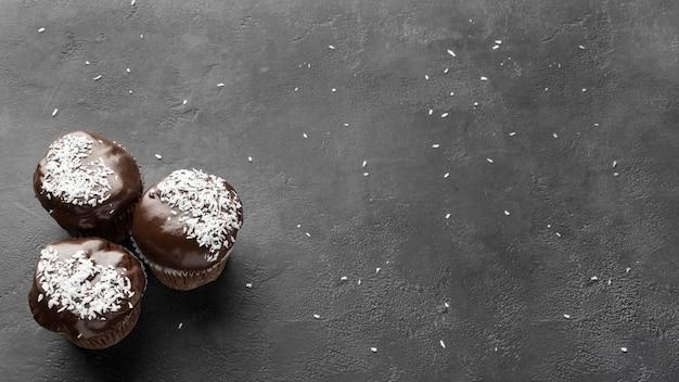Vista dall'alto di dolci al cioccolato con copia spazio