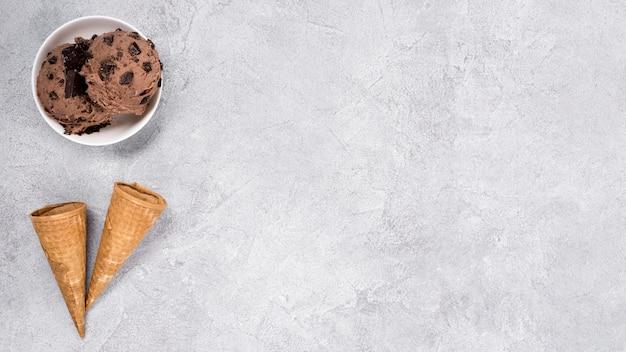 Вид сверху шоколадное мороженое с копией пространства