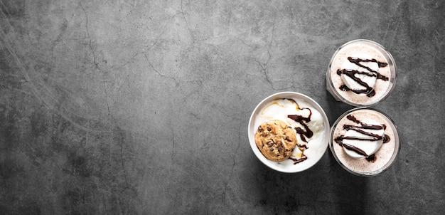 Вид сверху шоколадные молочные коктейли