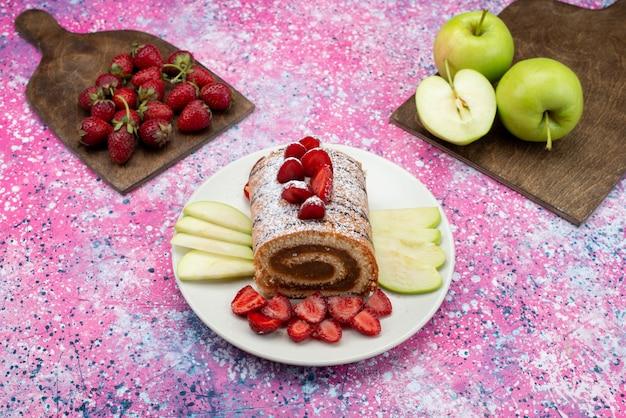 紫のフロアケーキビスケットシュガー甘いプレート上のプレート内のフルーツと上から見たチョコレートロールケーキ