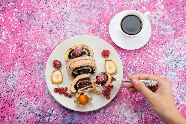 Вид сверху шоколадные рулеты, торты внутри белой тарелки с чашкой кофе на фиолетовом столе, торт, сладкое тесто из сахара