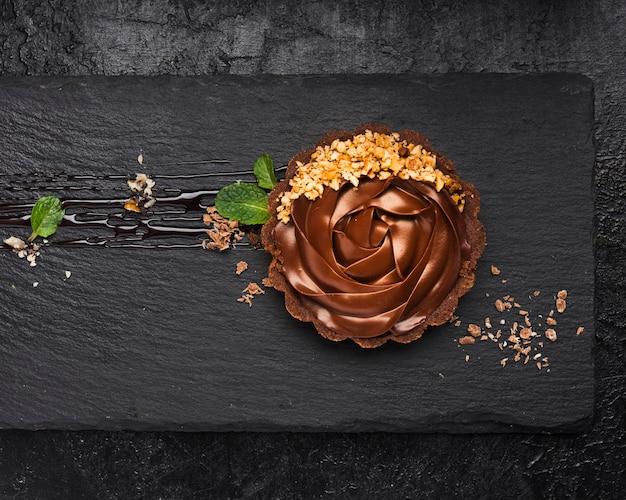 Вид сверху шоколадный пирог на сланце