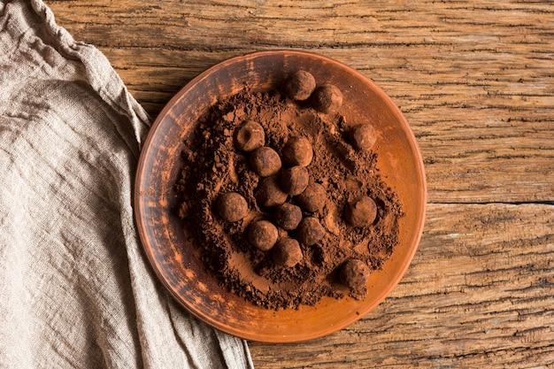Tartufi al cioccolato vista dall'alto in polvere di cacao