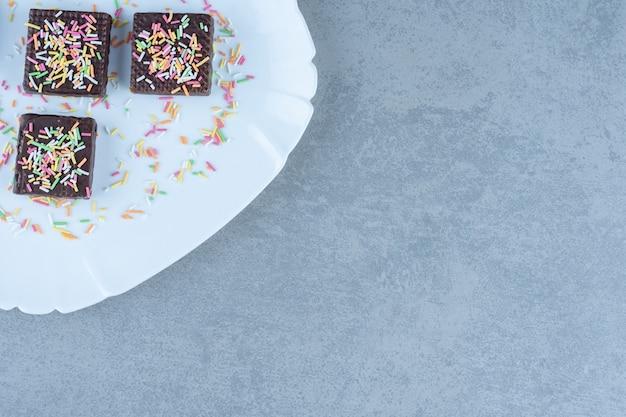 Vista dall'alto di wafer al cioccolato sul piatto bianco. all'angolo della foto.