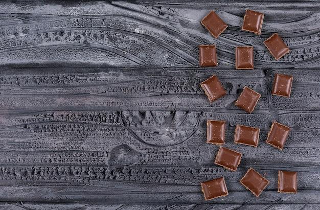 Vista dall'alto di cioccolato con copia spazio su orizzontale scuro
