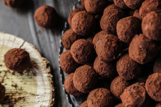 Vista dall'alto cioccolatini al cacao su un supporto