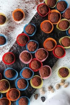 Vista dall'alto cioccolatini con cacao su un supporto