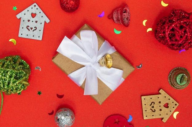 上面図のクリスマスの構成。クリスマスの背景、レイアウト。クリスマスアイテムのコピースペース付き。フラットレイアウト。