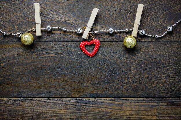 トップビュークリスマスの装飾と宝石の洗濯、コピースペースと木製テーブルの背景に。