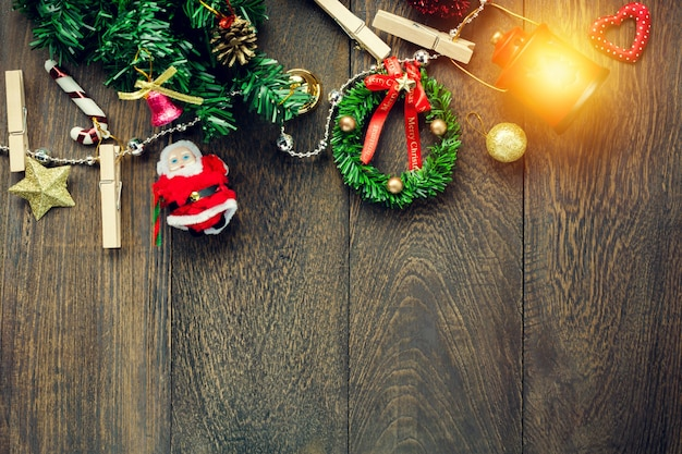 トップビュークリスマスの装飾、ランプ、ジュエリー、コピーライン、木製のテーブルの背景に鉛筆。