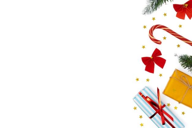 복사 공간 흰색 배경에 상위 뷰 크리스마스 장식 구성
