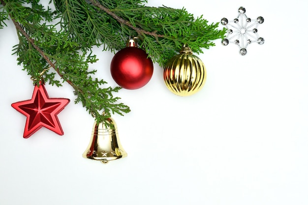 テーブルの上のトップビューのクリスマスの装飾